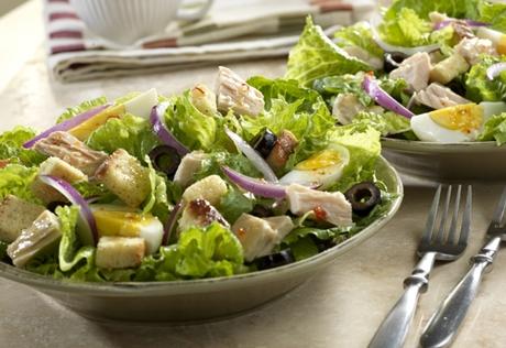 Средиземноморский салат с тунцом и греческой заправкой